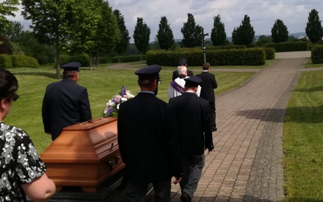 Zur Würde der Verstorbenen – Trauergeleit verhindert einsame Bestattungen